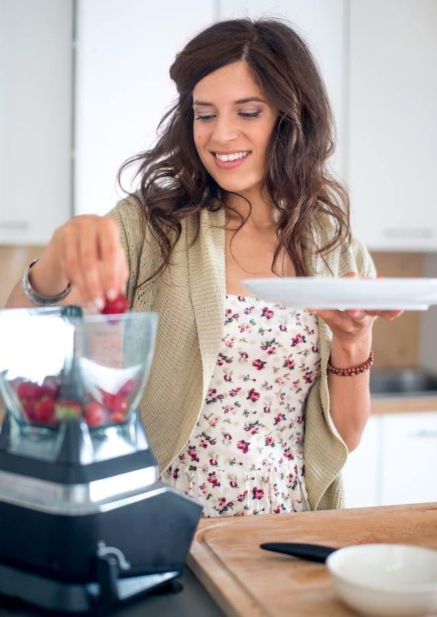 Multi-etnisch meisje die voedsel in de keuken voorbereiden royalty-vrije stock afbeeldingen