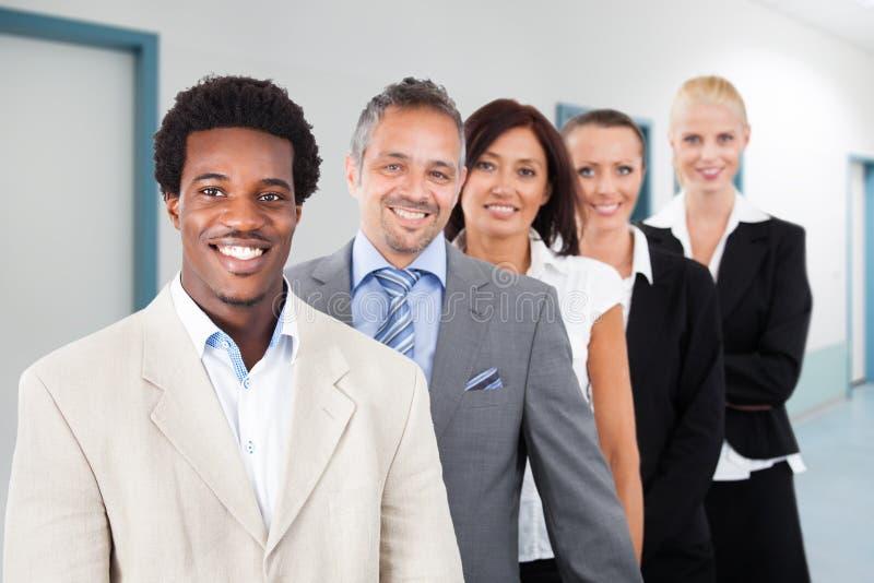 Multi-etnisch zakenlui die op kantoor glimlachen royalty-vrije stock fotografie
