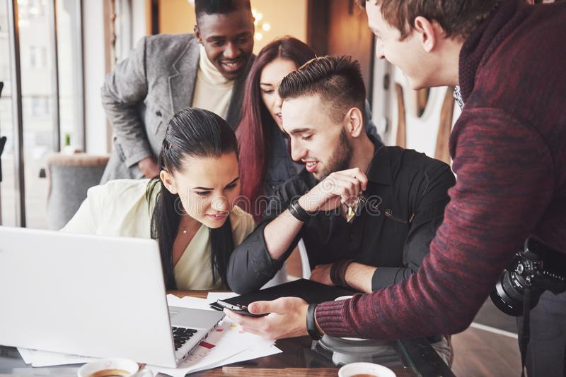 Multi etnische bedrijfsmensen, ondernemer, zaken, kleine bedrijfsconcept, Vrouw die medewerkers iets tonen royalty-vrije stock foto's