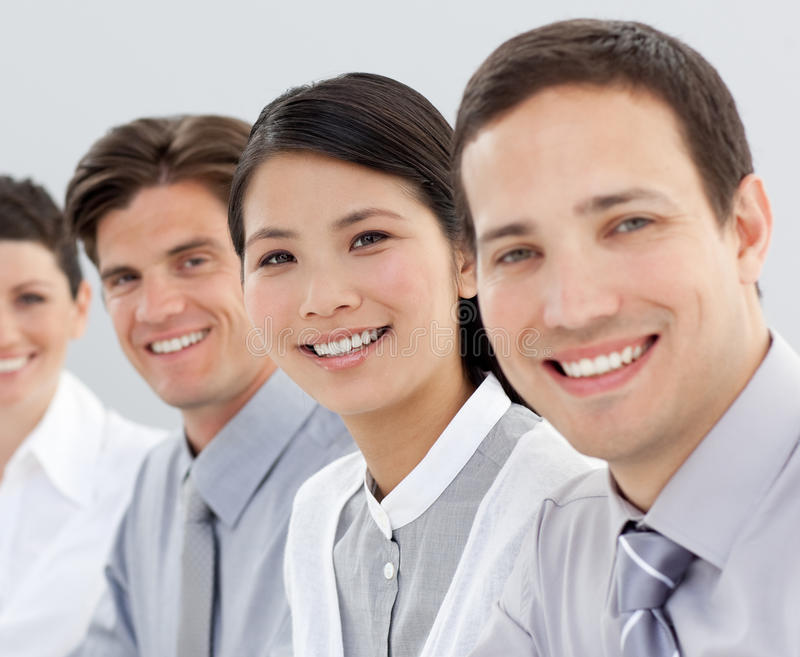 Multi-etnische commerciële groep die bij de camera glimlacht stock afbeelding