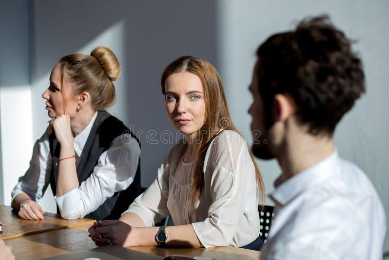 Multi-etnische Diverse Bezige Bedrijfsmensen die op vergadering zitten stock foto's
