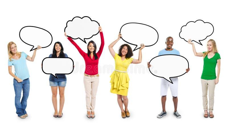 Multi-etnische Diverse Lege de Toespraakbellen van de Mensenholding stock foto