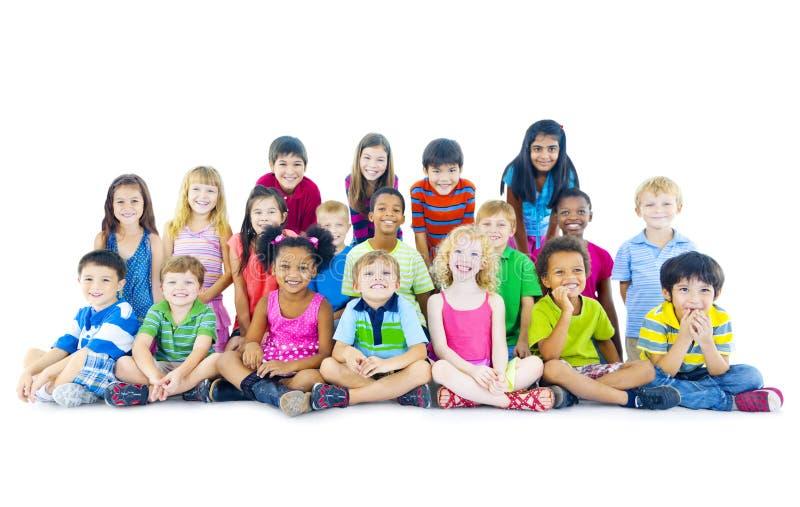 Multi-etnische groep kinderen het zitten royalty-vrije stock afbeelding