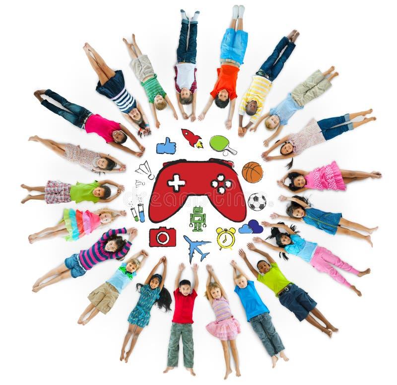 Multi-etnische Groep Kinderen met Verscheidenheid Activty stock afbeeldingen