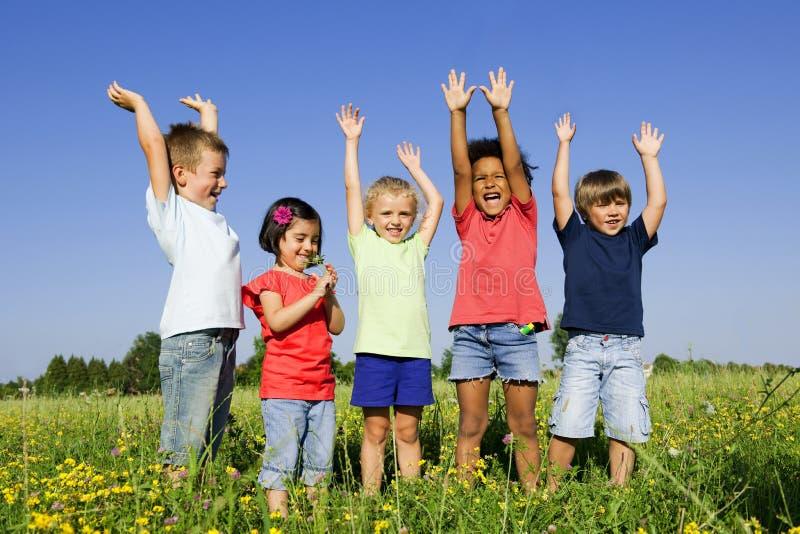 Multi-etnische groep kinderen in openlucht stock foto