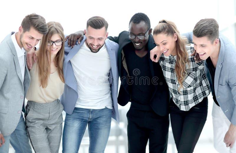 Multi-etnische groep mensen standihg in bureau stock foto's