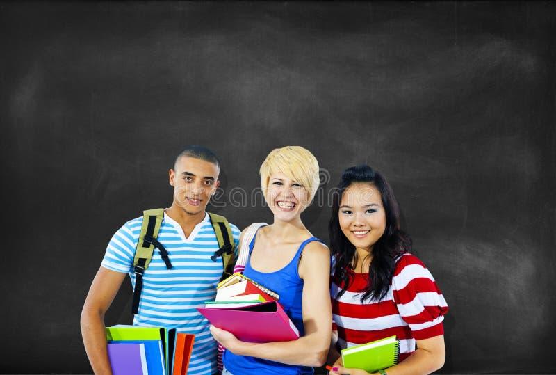 Multi-etnische groep studenten stock afbeelding