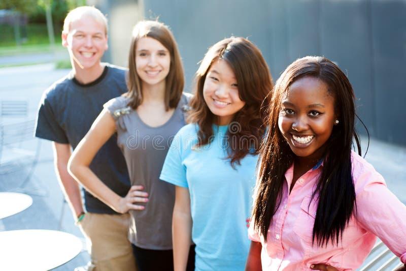 Multi-etnische groep tieners royalty-vrije stock fotografie