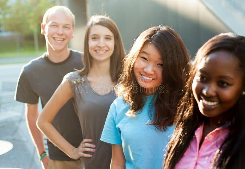 Multi-etnische groep tieners royalty-vrije stock foto's