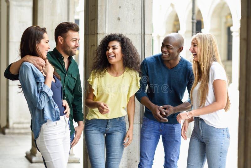 Multi-etnische groep vrienden die pret samen in stedelijke backg hebben stock afbeeldingen