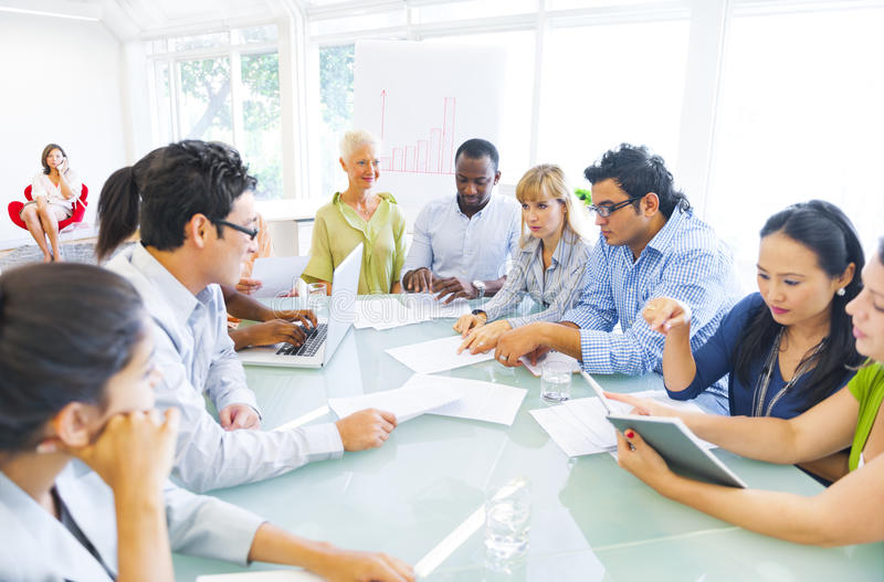 Multi-etnische Groeps Mensen Brainstorming stock fotografie
