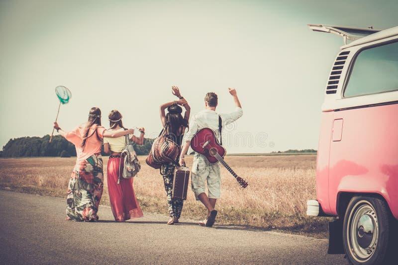 Multi-etnische hippievrienden op een wegreis stock foto