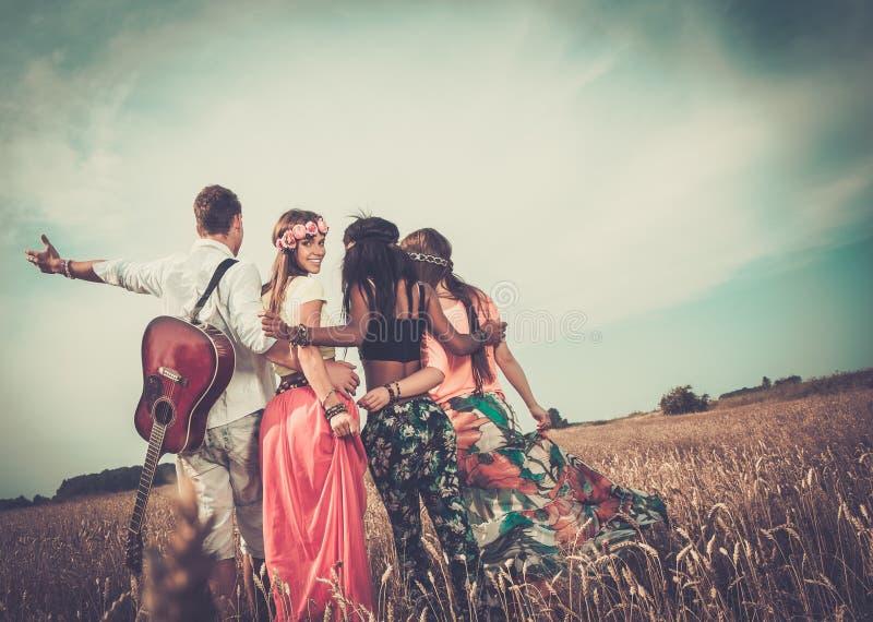 Multi-etnische hippievrienden op een wegreis stock foto's