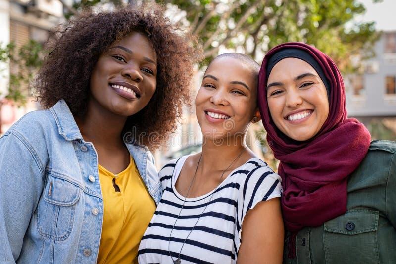 Multi-etnische jonge vrienden die samen van genieten stock foto
