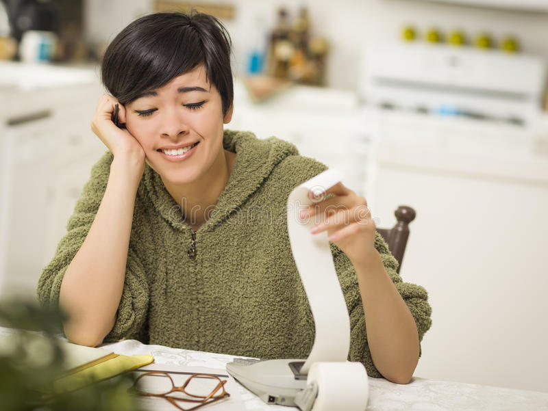 Multi-etnische Jonge Vrouw die over Financiële Berekeningen glimlachen royalty-vrije stock afbeeldingen