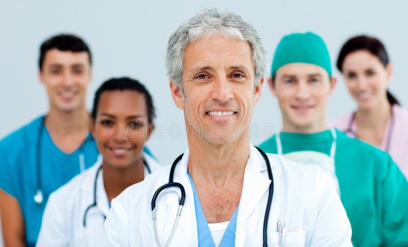 Multi-etnische medisch team status royalty-vrije stock foto's