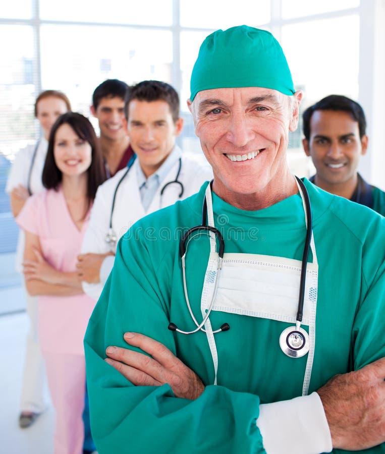 Multi-etnische medische groep die bij de camera glimlacht royalty-vrije stock fotografie