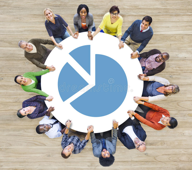 Multi-etnische Mensen die Cirkel en Grafiek vormen royalty-vrije stock afbeeldingen