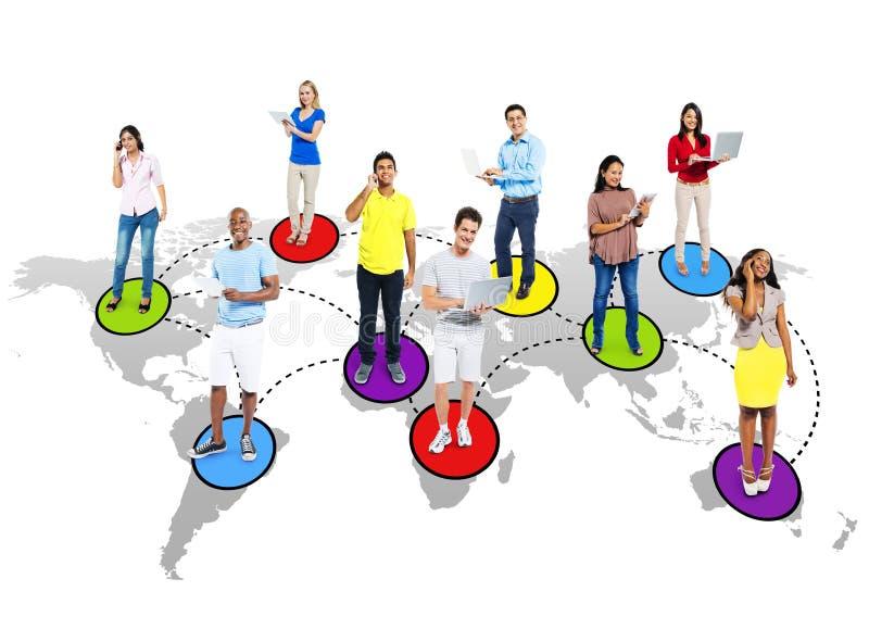 Multi-etnische Mensen Sociaal Voorzien van een netwerk via Moderne Technologie stock afbeelding