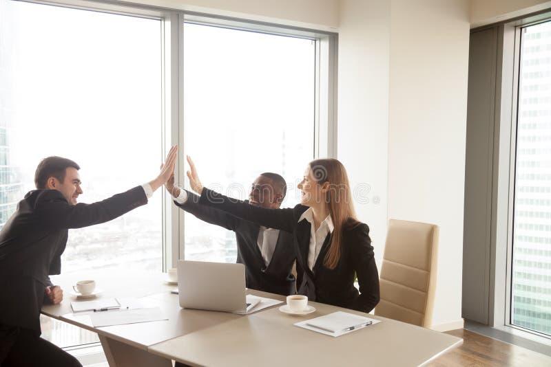Multi-etnische partners die hoogte vijf op vergadering geven, cele royalty-vrije stock afbeelding