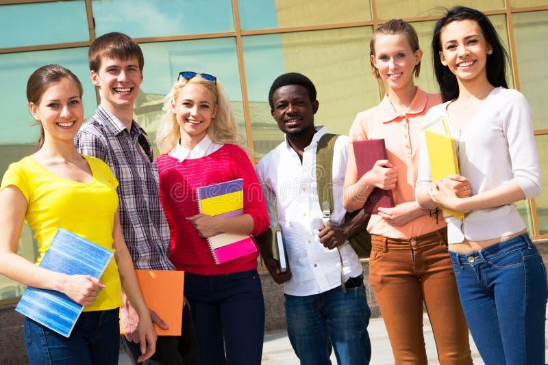 Multi-etnische studenten buiten stock fotografie