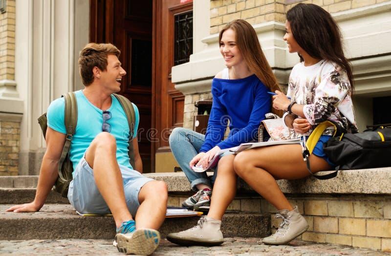 Multi etnische studenten dichtbij de universitaire bouw royalty-vrije stock foto's