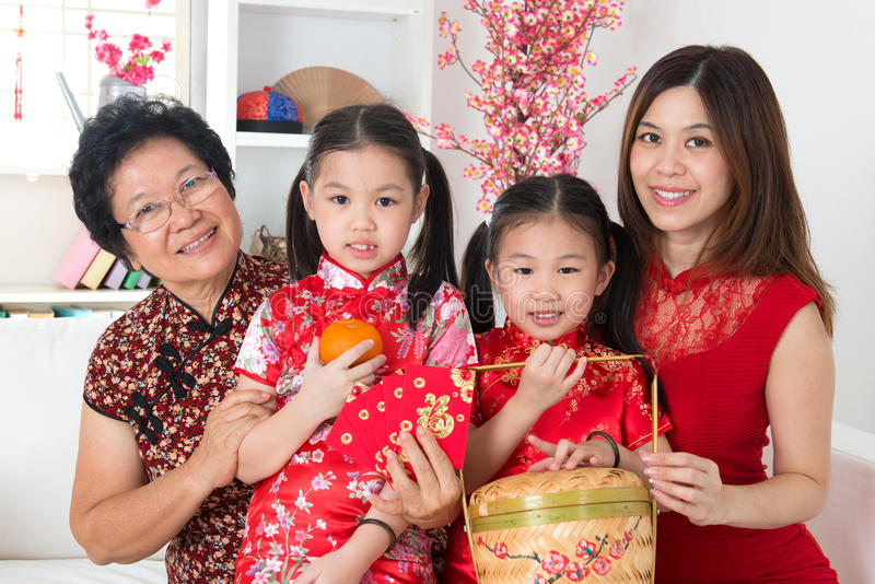 Multi família bonita do asiático das gerações imagens de stock royalty free