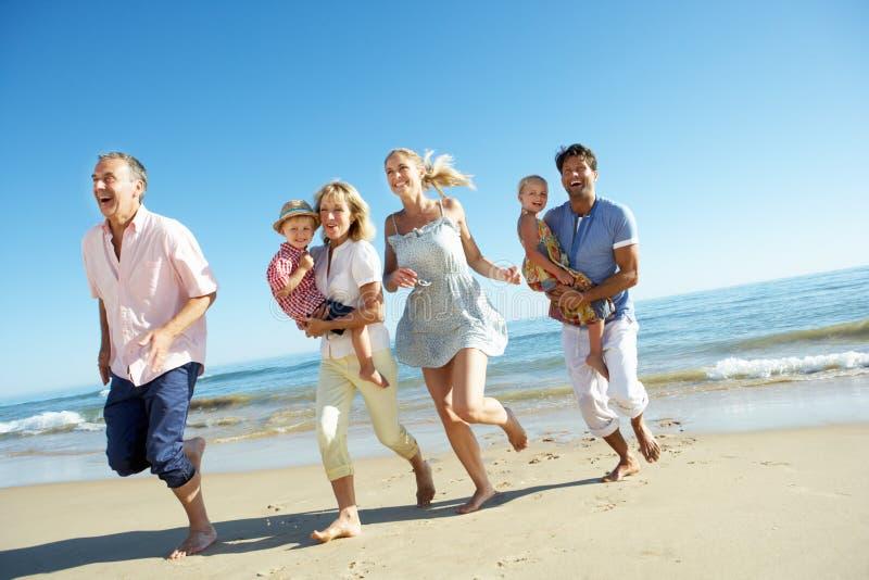 Multi família da geração que aprecia o feriado da praia fotos de stock