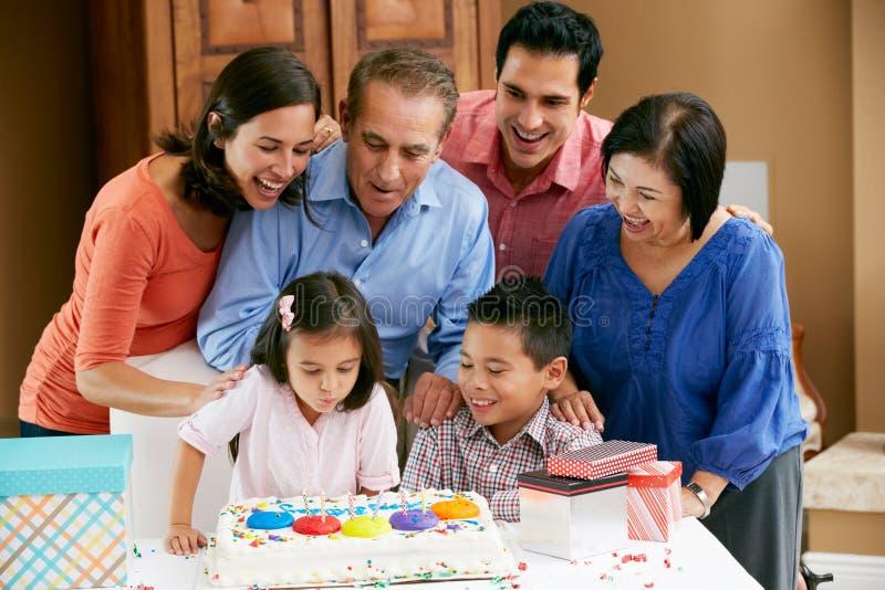 Multi famiglia della generazione che celebra compleanno immagini stock