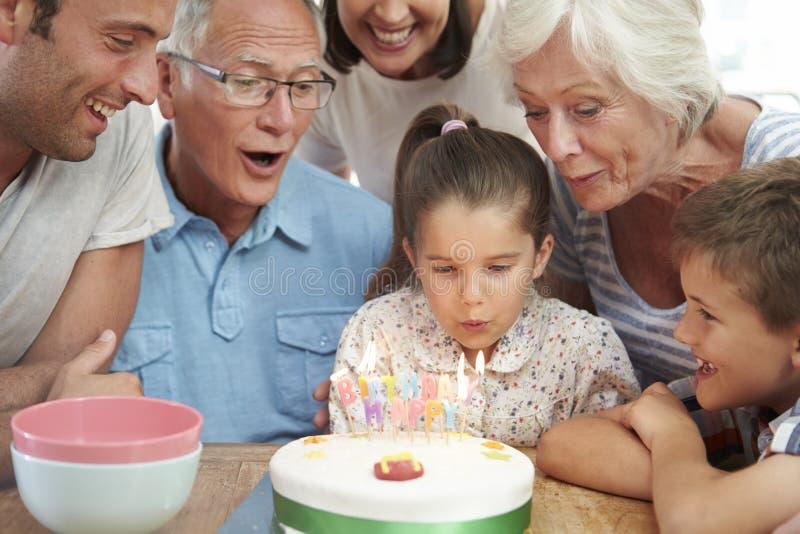 Multi famiglia della generazione che celebra il compleanno della figlia fotografie stock