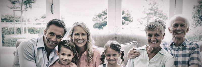 Multi famiglia della generazione che si siede sul sofà in salone fotografie stock libere da diritti