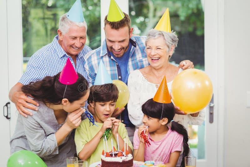 Multi famiglia sorridente della generazione durante la festa di compleanno fotografia stock libera da diritti