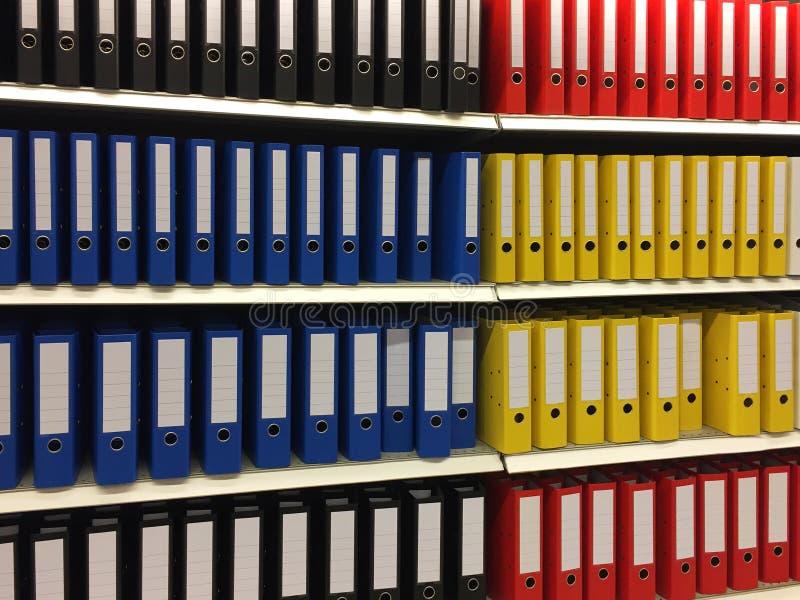 Multi farbige Dokumentenordner im Regal lizenzfreies stockbild