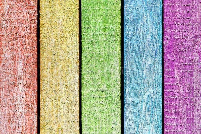 Multi farbige hölzerne Planken, gemalt als Regenbogen lizenzfreie stockfotografie