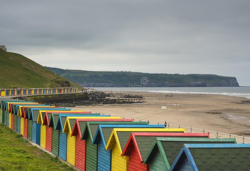 Multi farbige hölzerne Strandhütten in Whitby, Großbritannien stockbild