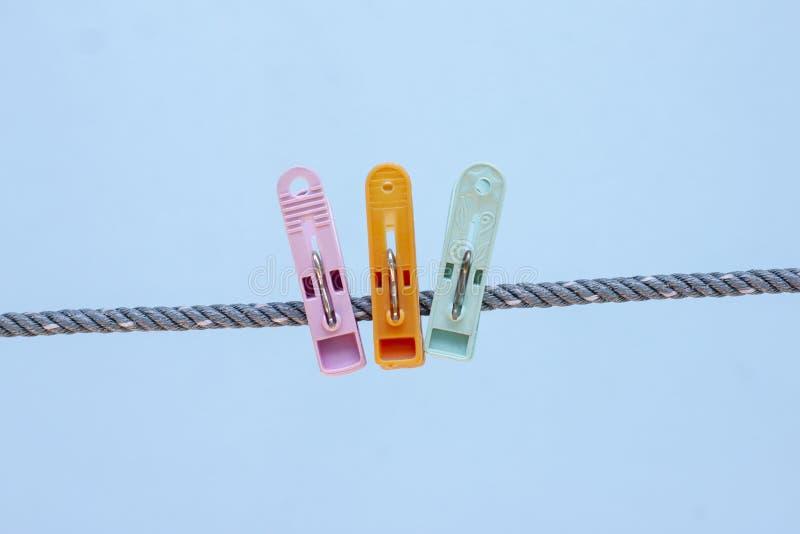 Multi farbige Plastikkleidungsclip auf dem Seil lizenzfreies stockfoto