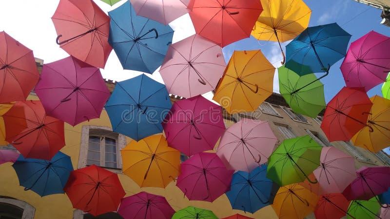 Multi farbige Regenschirme in Carcassonne lizenzfreie stockbilder
