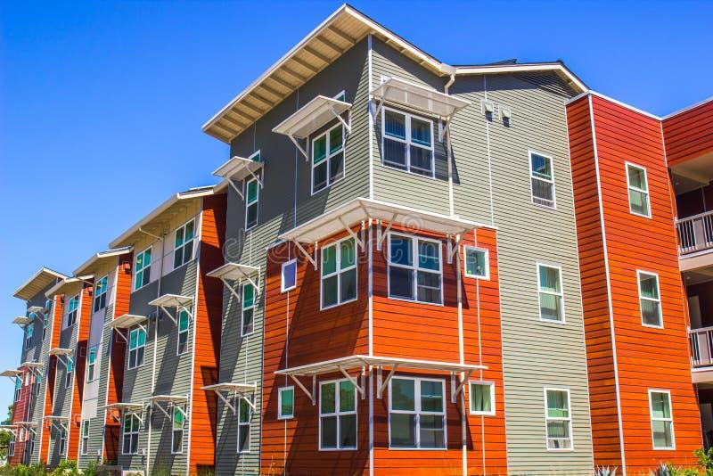 Multi farbiges dreistöckiges Gebäude lizenzfreie stockfotografie