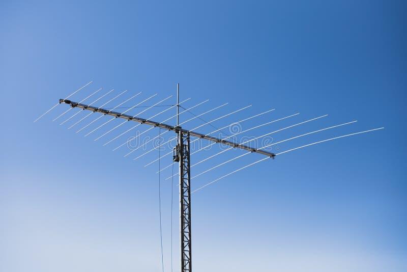 Multi Frequenz Yagiantenne, Hintergrund des blauen Himmels lizenzfreie stockbilder