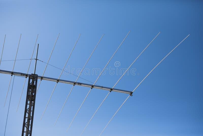 Multi Frequenz Yagiantenne, Hintergrund des blauen Himmels stockbild