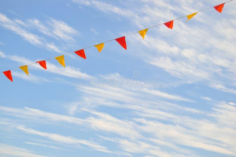 Multi Gekleurde Driehoekige Vlaggen die in de Hemel hangen royalty-vrije stock foto