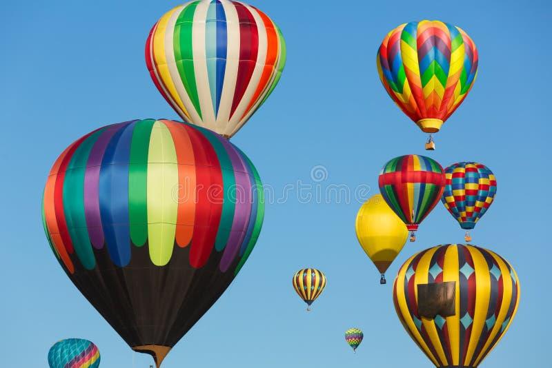 Multi gekleurde hete luchtballons stock afbeeldingen