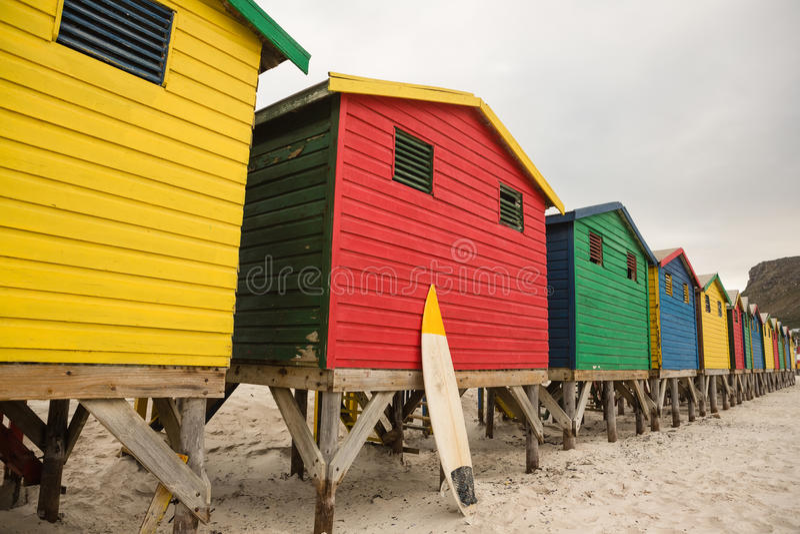 Multi gekleurde houten hutten in rij bij strand royalty-vrije stock fotografie