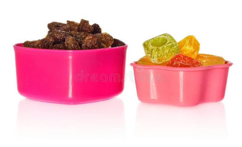Multi gekleurde keukenvormen met rozijnen en suikergoed Doos in de vorm van hart en ster wordt gesloten die royalty-vrije stock fotografie