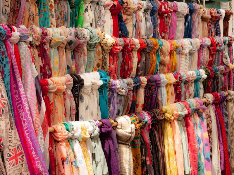 Multi gekleurde sjaals op verkoop in markt stock afbeelding