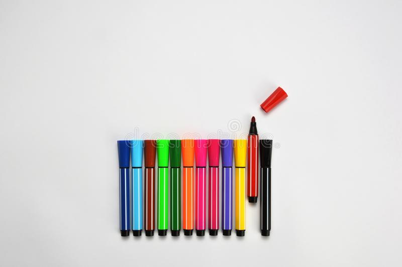 Multi gekleurde vilten uiteindepennen op witte achtergrond stock afbeeldingen