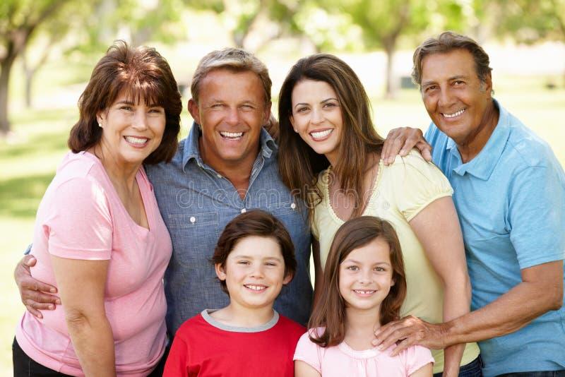 Multi generatie Spaanse familie in park royalty-vrije stock foto