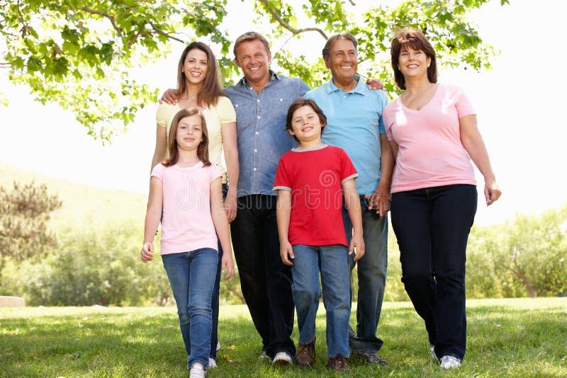 Multi generatie Spaanse familie in park stock afbeeldingen