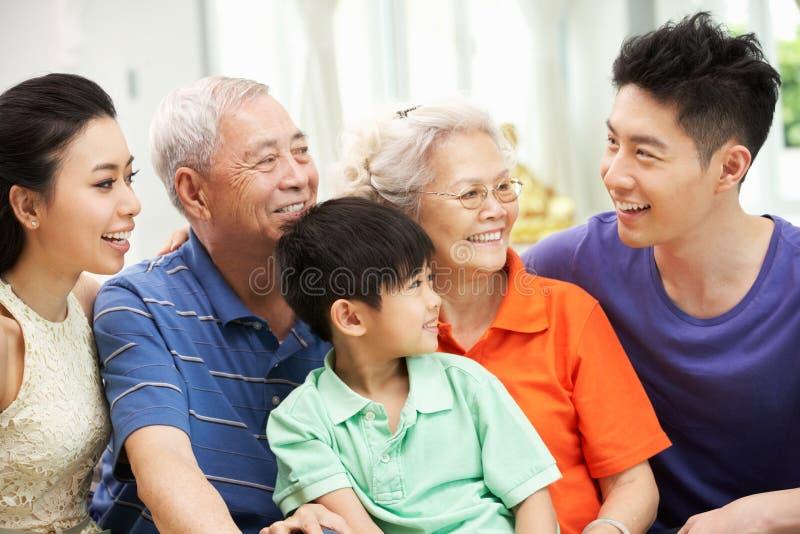 Multi-Generation κινεζική οικογένεια που χαλαρώνει στο σπίτι στοκ φωτογραφίες