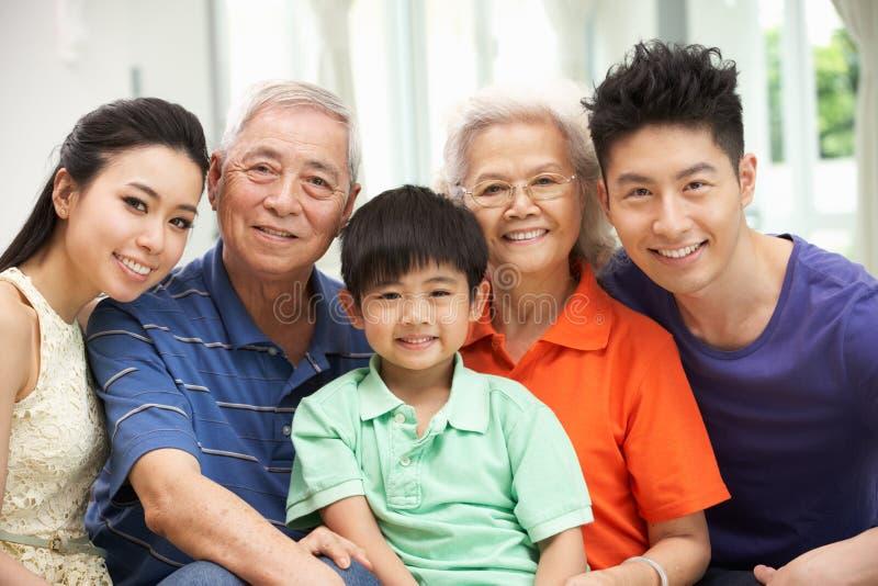 Multi-Generation kinesisk familj som hemma kopplar av royaltyfri bild